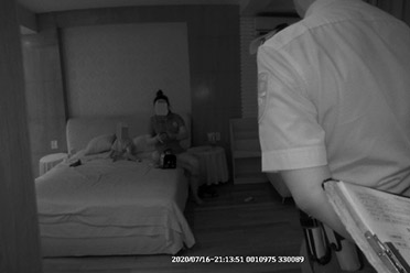 女子带娃私闯豪宅吹空调睡觉 面对质问:大不了给你钱
