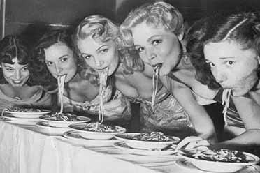 1949年歌舞女郎吃面比赛 车灯深沟诱人!珍贵历史照片