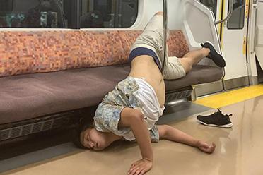 当街热吻、拥抱垃圾桶姿势鬼畜!东京街头酒醉后镜头