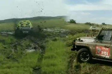 真的种草!男子开越野车漂移遭举报被罚恢复植被!