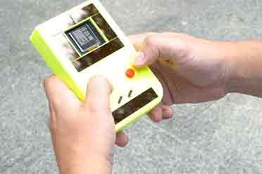 老外公开无需电池GB仿制掌机 太阳能按键回收电量