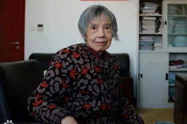 美国人在颤抖!84岁中国老太太不退休 造出国产芯片!