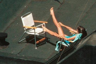 少女天台日光浴大胆露出惨遭偷拍!80年代纽约照片