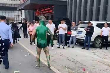 世风日下!河南新郎官街头竟只穿内裤被砸鸡蛋浇绿漆