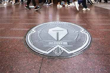 S10打卡圣地!上海南京东路井盖全换上英雄联盟logo