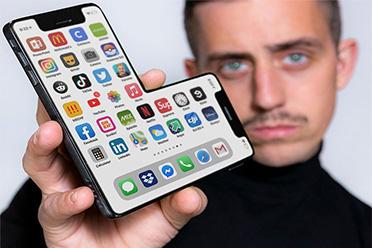 """""""乔布斯""""带着iPhone12L来了!29个没用的新发明赏"""