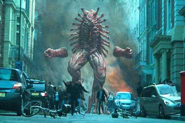 新版《地狱男爵》曝正片片段 地狱巨怪暴力摧毁伦敦