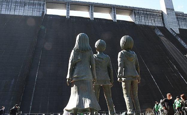 著名漫画《进击的巨人》收尾 主角铜像正式竣工揭幕