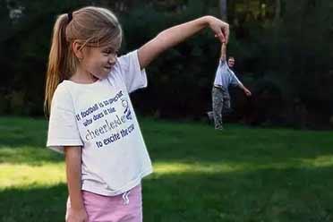 小女孩竟然能拎起她的爸爸?15张绝无PS的神奇照片!