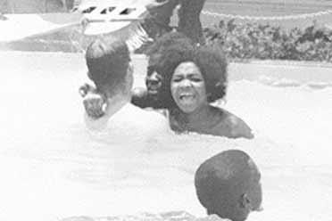 黑人女性在游泳池惨遭白人泼硫酸!15张罕见历史照片