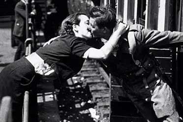 少女和男友火车站台激情吻别!触动人心的历史照片!