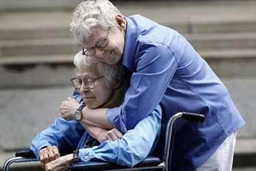 女同性恋情侣76岁时相爱并结婚!触动人心的照片!
