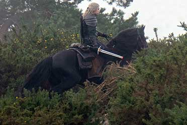 《巫师》第二季再曝新片场照:杰洛特手持短剑骑萝卜