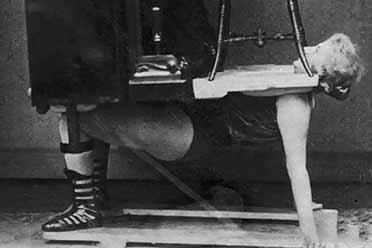 1920年德国少女竟用胸顶起男人和钢琴!罕见历史照片