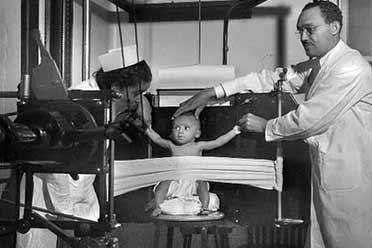 1942年婴儿X光检查场面略显惊悚!珍贵的历史照片