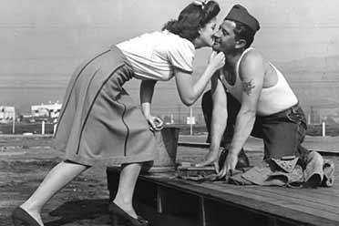 二战劳军女明星每天亲吻上千名士兵!罕见的历史照片