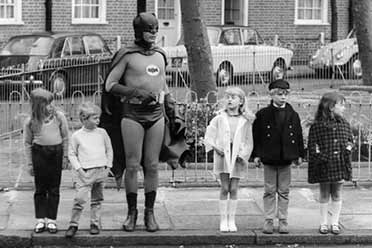 真人版蝙蝠侠惊现街头守护孩子?15张有趣的历史照片