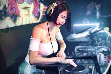 日本童颜少女DJ转战直播营业!禁露饱满网友一片愤懑