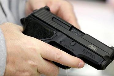 美国民众凌晨排长队买枪 担心拜登会收紧枪支管理