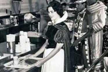 1961年迪士尼乐园白雪公主美艳动人!罕见的历史照片
