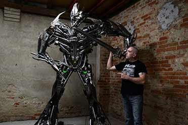 波兰艺术家的手工机器人军团:科幻电影的狂热爱好者!