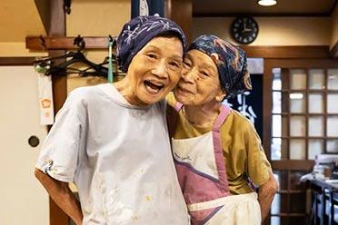 日本87岁双胞胎姐妹经营饭店40年!跌宕一生引人泪目