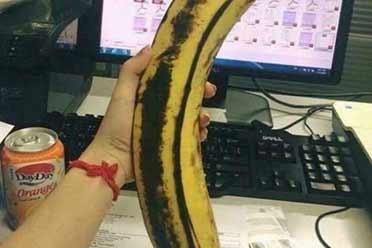 小姐姐手里握的香蕉真的好粗壮!巨大事物的神奇照片