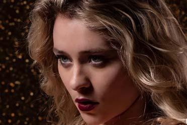 Alice Antoinette:表情性感,体态火辣,电翻全场!