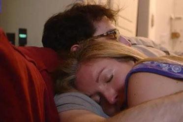 """美国妻子花钱雇""""拥抱师""""陪睡:每小时收费80美元!"""