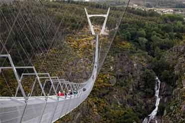 世界最长人行悬索桥向民众开放 高175米需要走5分钟