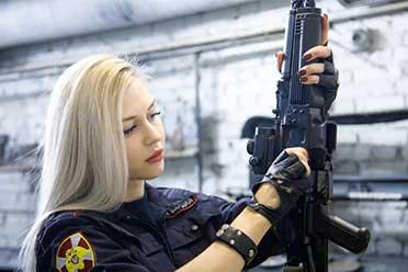 """俄罗斯""""最美女兵""""被开除:当局认为视频违反工作条款"""