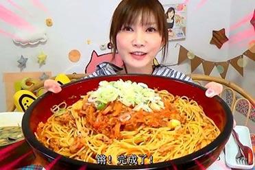 日本知名36岁美女吃播曾喝下4斤猪油 如今嘴歪脸肿?