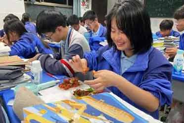 状态最重要!老师为考生们烧制40多斤小龙虾:加油!