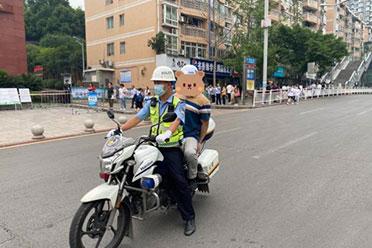 四川一老师忘带监考证求助交警 一路狂奔终顺利监考