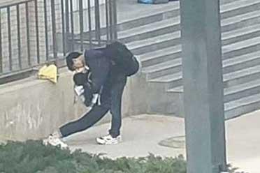 辣妹的美腿扭成了麻花!24个公共场所站姿奇怪的人