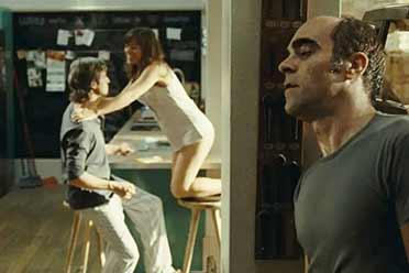 人性与欲望的阴暗挣扎!10部超刺激的偷窥题材电影