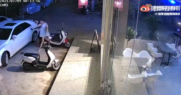 广西一女子凌晨遭男子强行拖上车 呼救一分钟获救