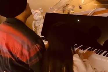 周杰伦女儿罕见曝光!披肩长发 仙女气质 弹钢琴太美了
