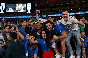 输不起?英格兰球迷群殴意大利球迷!场面异常混乱