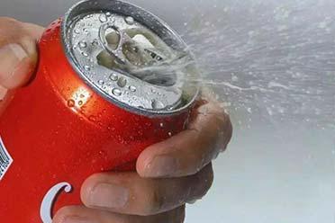 男孩开冰可乐被炸伤缝38针:夏季千万不能这么做!
