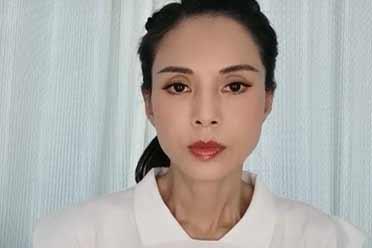 54岁小龙女李若彤现身!眼含热泪为河南人捐款20万!
