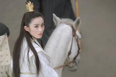 时隔28年!张敏再扮赵敏:骑白马,手持折扇经典回眸!