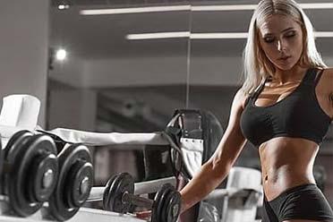 女性博主拍摄健身视频引男性不满!没人会关注你们自拍