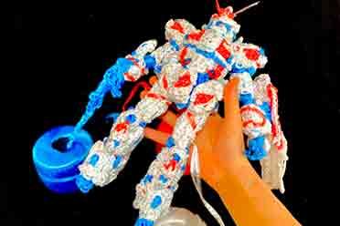 高玩网友展示创意塑料绳编高达模型 个人展即将公开