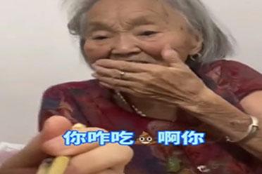 女孩在家吃螺蛳粉 奶奶闻味受不了问道:你咋吃屎啊!