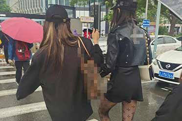 关晓彤逛街被拍!穿性感黑丝超短裙 却被网友嘲笑太土