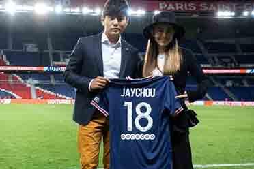 周杰伦现身梅西主场首秀 获赠巴黎圣日耳曼18号球衣