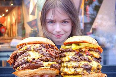 绝对别在深夜看!国外正妹美食博主分享超美味汉堡