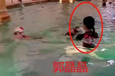 郭晶晶带孩子现身公共泳池!穿泳装下水身材纤细抢眼