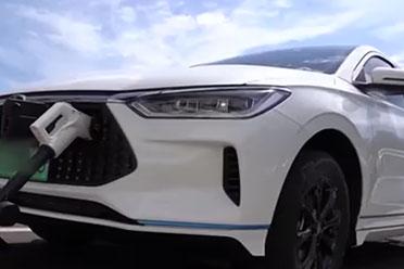 新能源车充电太难了!新能源车高速排队4小时充电